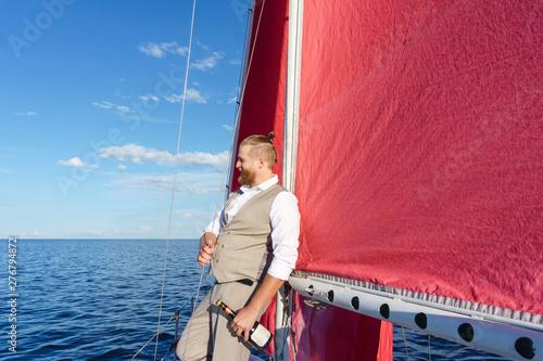 Fotografía  yachtsman with a bottle of sparkling wine