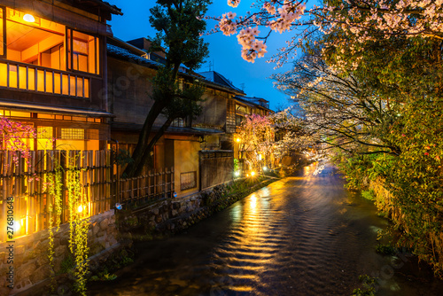 Fototapeten New York Kyoto, Japan at the Shirakawa River in the Gion District during the spring. Cherry blosson season in Kyoto, Japan.