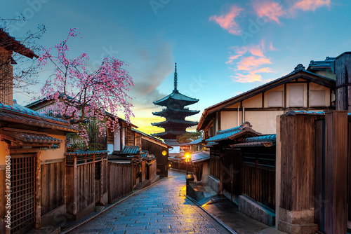 Poster Kyoto Yasaka Pagoda and Sannen Zaka Street with cherry blossom in the Morning, Kyoto, Japan
