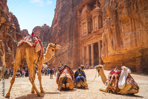 Fotobehang Kameel Petra Al Khazneh (The Treasury) with Camels in Jordan