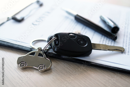 Fotografía  Car keys placed on contract documents about car loans.