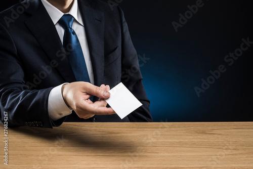 Fototapeta 名刺を差し出すビジネスマン