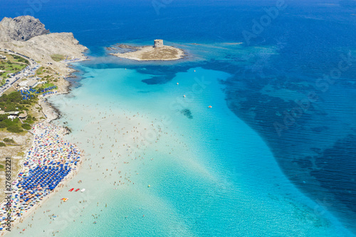 Photo Stunning aerial view of the Spiaggia Della Pelosa (Pelosa Beach) full of colored beach umbrellas and people sunbathing and swimming in a beautiful turquoise clear water