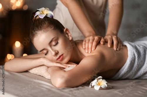 Carta da parati  Young woman having massage in spa salon