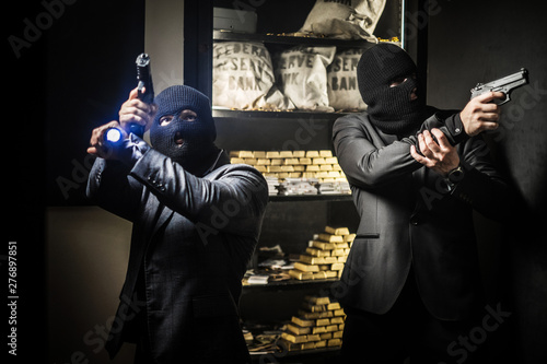 Valokuvatapetti Two ardmed men robbing a bank