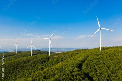 Centrali elettriche con turbine eoliche per la produzione di energia in città Canvas Print