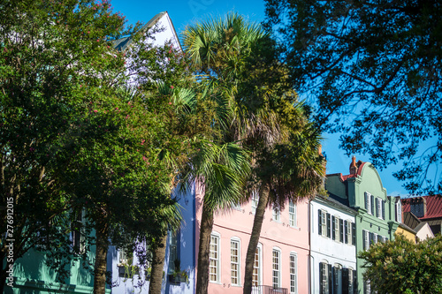 Fotografia  Brightly colored colonial architecture lining the historical Battery neighborhoo