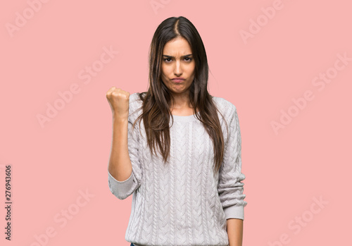 Fotomural Young hispanic brunette woman with angry gesture over isolated background