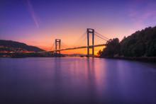 Atardecer En La Ría De Vigo Con El Puente De Rande De Fondo, Galicia, España