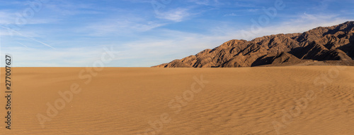 Fotografia Sand dunes in a desert landscape in Death Valley California