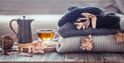 Fotografía  Cozy autumn still life with a cup of tea