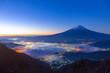 夜明けの富士山と雲海、山梨県富士河口湖町新道峠にて