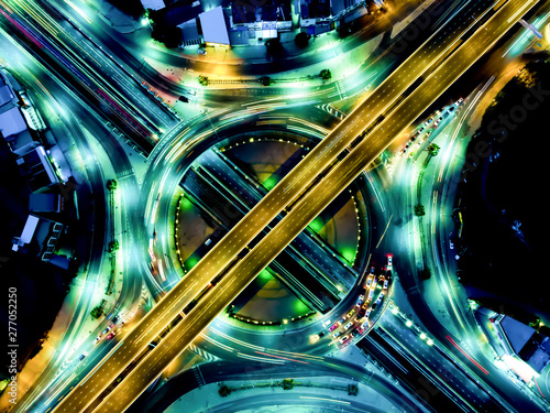 La pose en embrasure Autoroute nuit Modern transportation with Expressway, Road and Roundabout, multilevel junction highway-Top view. Important infrastructure.