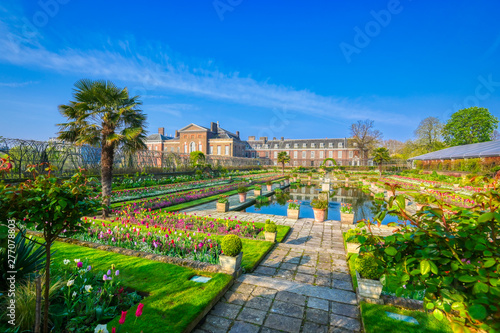 Foto  London, United Kingdom - April 17, 2019 : Kensington Palace gardens on a spring morning located in Central London, UK