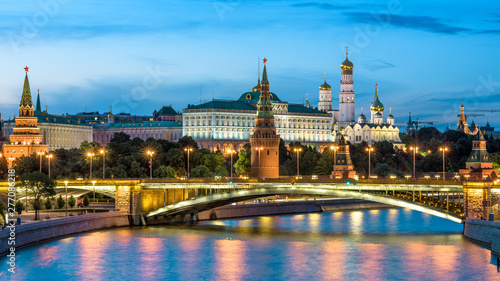 Fotomural  Moscow Kremlin by Moskva River at night, Russia