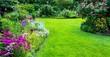 canvas print picture - Schöner Blumengarten mit Rasenfläche