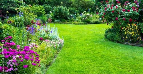 Canvastavla Schöner Blumengarten mit Rasenfläche