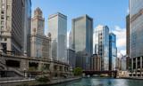 Wieżowce Chicago miasto nad kanałem rzecznym, tło błękitnego nieba