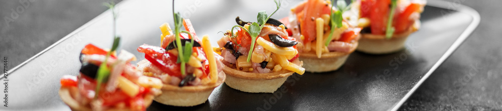 Photo  Delicious salad in tartlets. Concept of food, restaurant, cateri