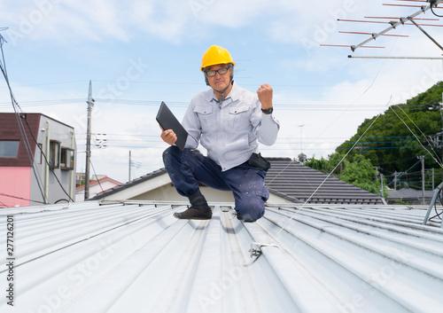 Obraz na płótnie 建物 屋根 点検 ガッツポーズの作業員 外壁塗装 リフォーム
