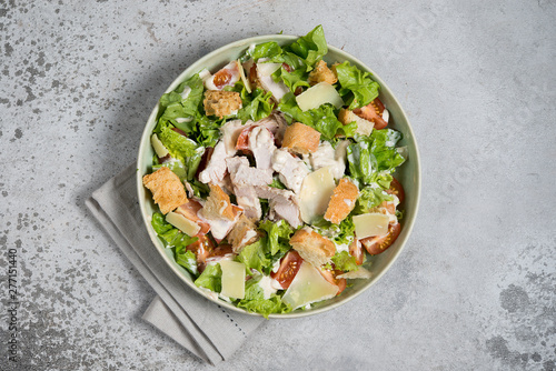 Fotografía  Caesar salad with chicken, Parmesan and wheat croutons on a vintage grey background