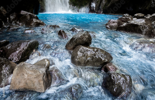 Montage in der Fensternische Forest river Blue falls of Costa Rica, natural landscape at Bajos del Toro close to the Catarata del Toro and San Jose. Photo taken at slow shutter speed and with ND filter. Smooth waterfall.