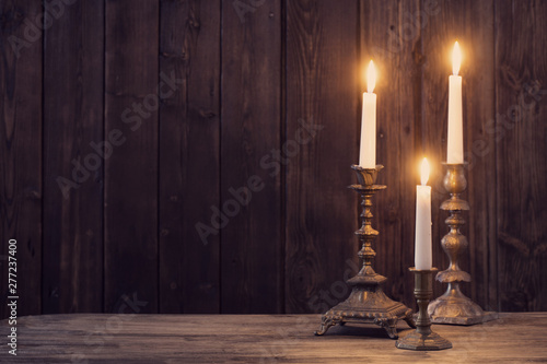 Foto burning candle on old wooden background