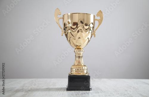 Fotomural Golden trophy on white desk. Business, Success