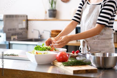 Fototapeta キッチンで料理をする主婦 obraz