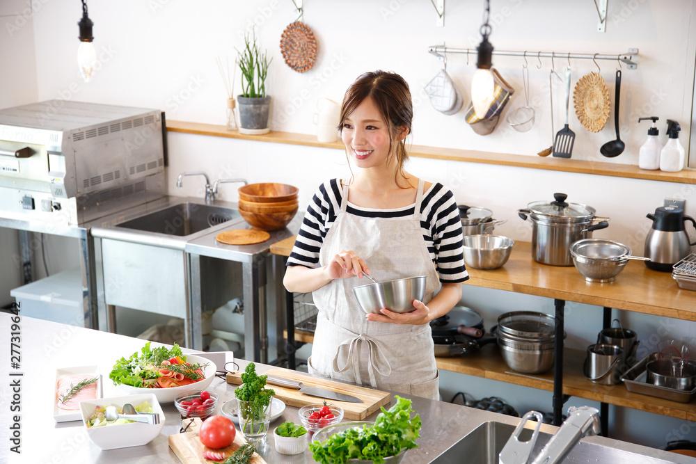 Fototapeta キッチンで料理をする主婦