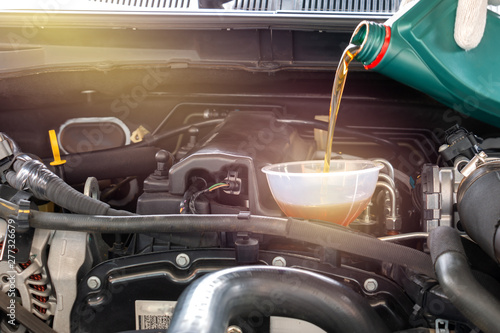 Fotomural  Pouring oil to car engine
