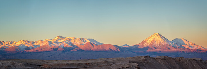 Andes pasmo górskie przy zmierzchem, widok od księżyc doliny w Atacama pustyni, Chile