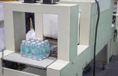 Valokuva  Shrink film wrapping machine for bottle of water