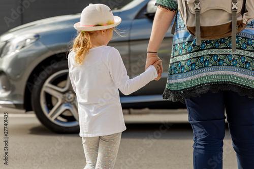 Fotografia, Obraz  Kind mit Mutter im Straßen Verkehr beim Überqueren der Fahrbahn