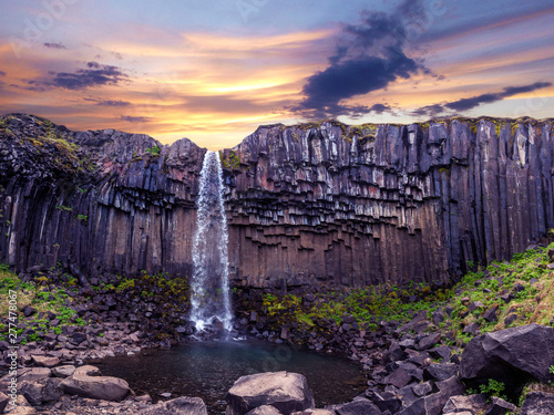 Montage in der Fensternische Aubergine lila Magical landscape with a famous Svartifoss waterfall in the middle of basalt pillars in Skaftafell, Vatnajokull National Park, Iceland. Exotic countries. Amazing places. Popular tourist atraction.