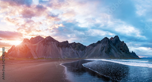 Fotografía Scenic landscape with most breathtaking mountains Vestrahorn on the Stokksnes peninsula with the waves of the bay at sunset in Iceland