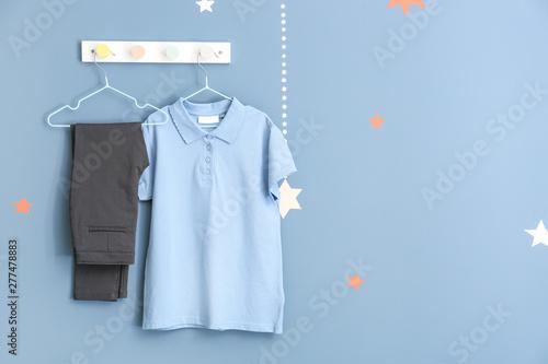 Fotografía  Stylish school uniform hanging on wall