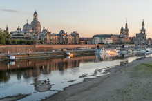 Niedriger Wasserstand An Der Elbe In Dresden