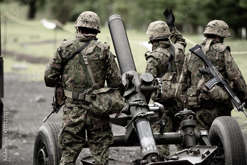 Photo 迫撃砲と自衛官