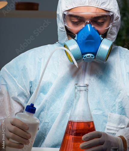 Fotografía  Medicine drug researcher working in lab