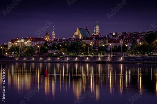 Warszawa panorama Starego Miasta nad Wisłą w nocy
