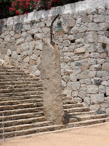 Fotografie, Obraz  Menir prehistórico, utilizado como objeto decorativo en la Costa brava y se ha utilizado para poner una lámpara