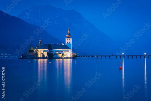 Foto auf Leinwand Dunkelblau Schloss in Gmunden am Traunsee am Abend - Alpen in Österreich