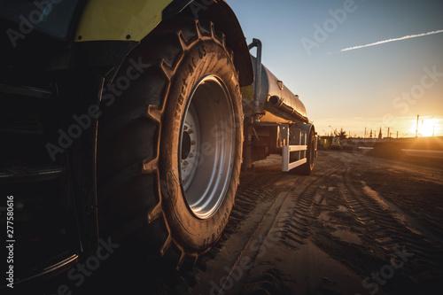 Fényképezés  Traktor bei Sonnenuntergang auf Baustelle
