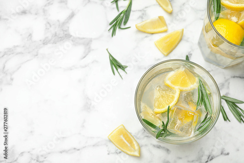 Cuadros en Lienzo Glasses of refreshing lemonade on marble table, above view and space for text