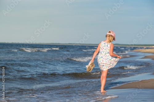 dziewczynka w letniej sukience na morskiej plaży,  - fototapety na wymiar