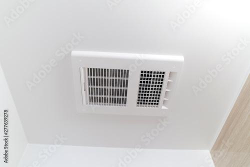 Photo 住宅リフォーム バスルームの換気乾燥機 天井