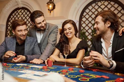 Fotografía A group of people gamblers in casino gambling