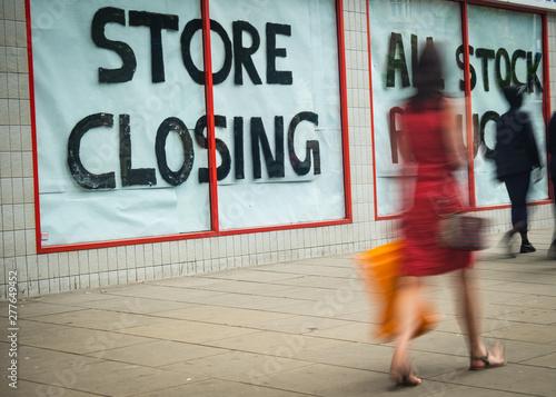 Fotografía  Store Closing sign on shopping high street