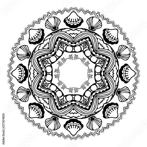 Photo Black sea mandala with sea shells on white background